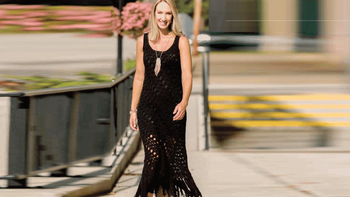 Маленькое черное диагональное платье с бахромой
