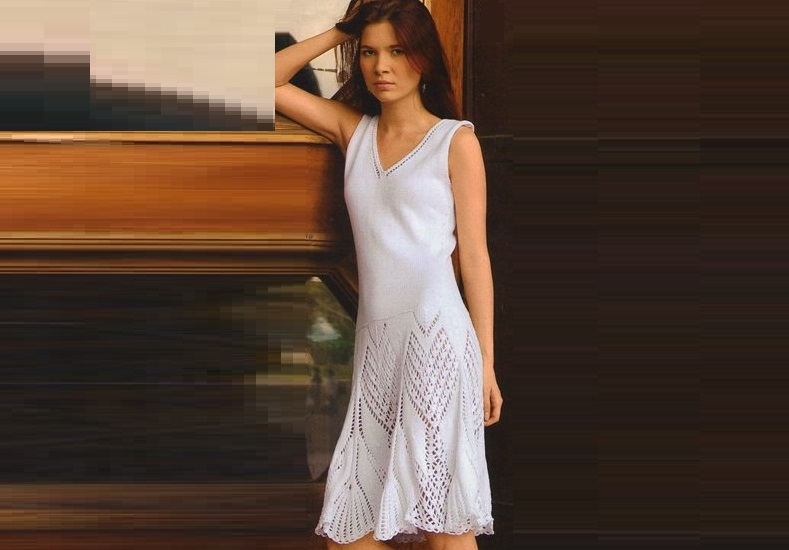 Вязанное спицами ажурное платье