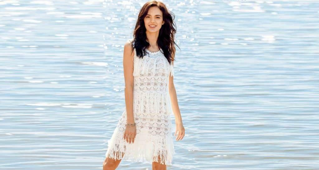 Ажурное белое платье с бахромой