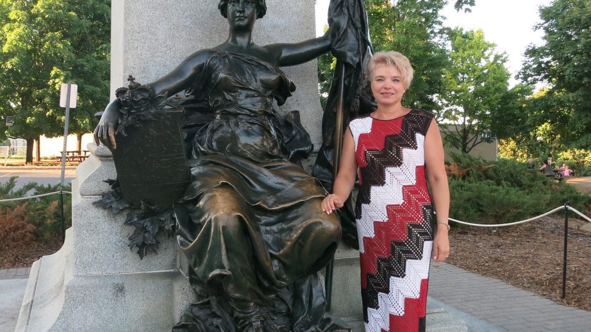 Платье крючком –  Цветная диагональ