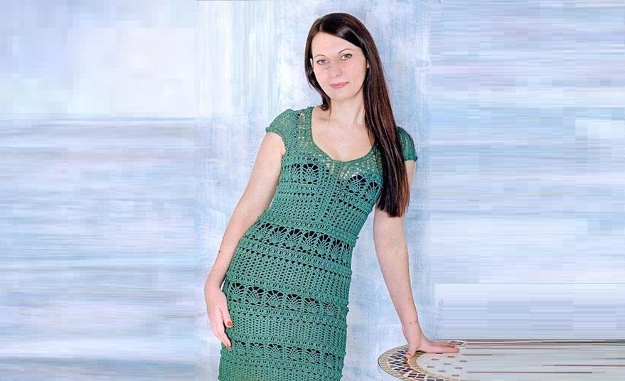Изумрудное вязаное платье крючком