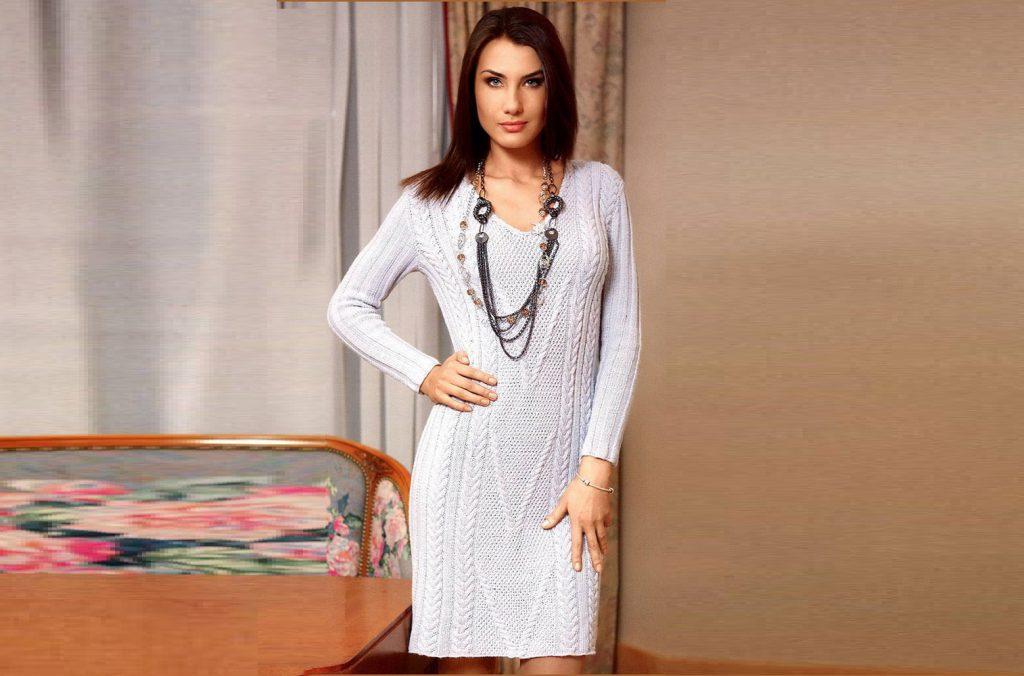 Вязаное спицами платье с рельефным узором