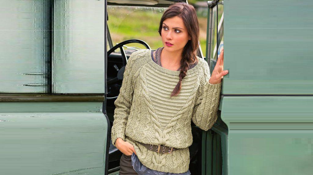 Элегантный пуловер с красивой вставкой.