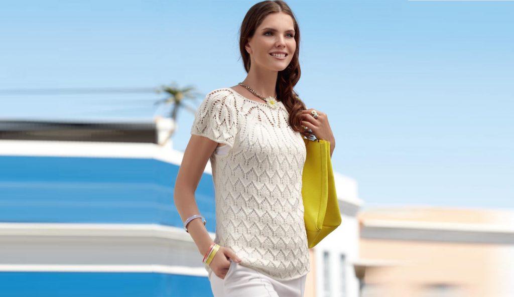 Белый пуловер с короткими рукавами.