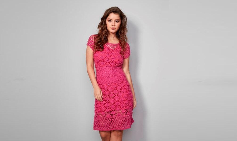Ярко розовое платье крючком