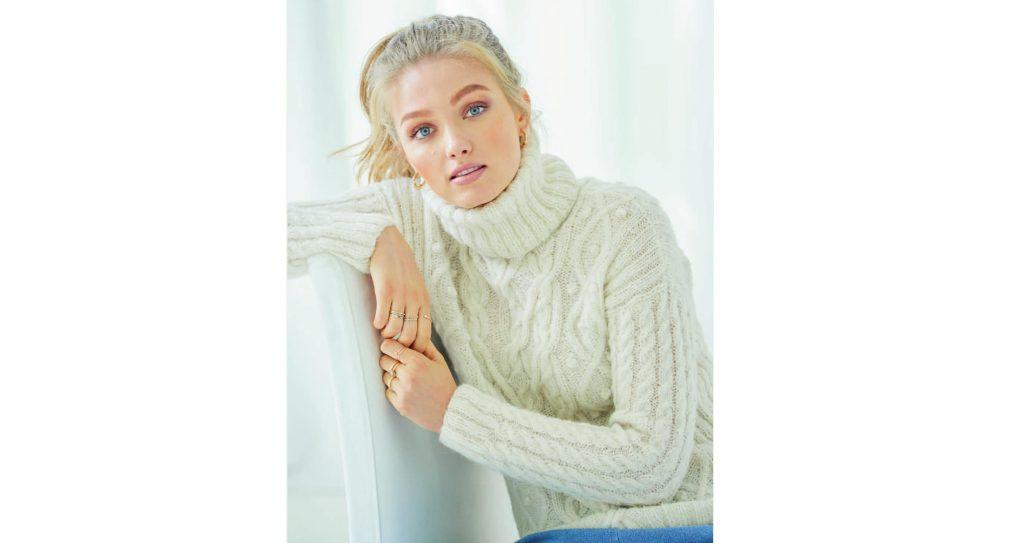 Белый пуловер с высоким воротником