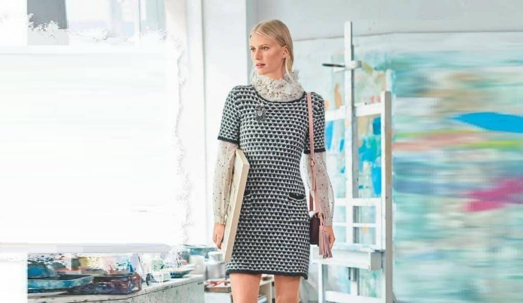 Короткое платье с черно – белым узором
