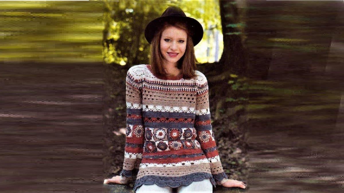 Вязаный пуловер из разноцветных мотивов